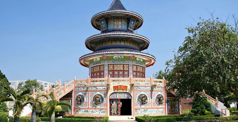 Китайская пагода на пруду Ват Thawornwararam