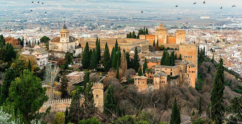 Дворцово-крепостной комплекс Альгамбра в Гранаде
