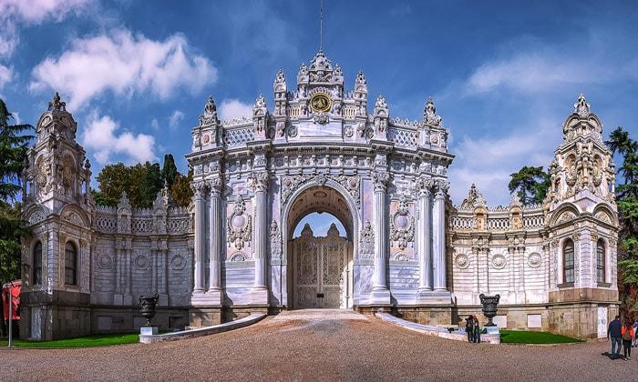 Императорские ворота дворца Долмабахче в Стамбуле