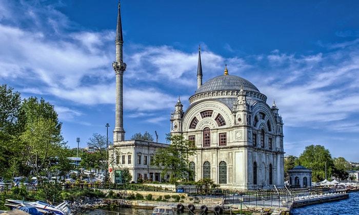 Мечеть Долмабахче в Стамбуле