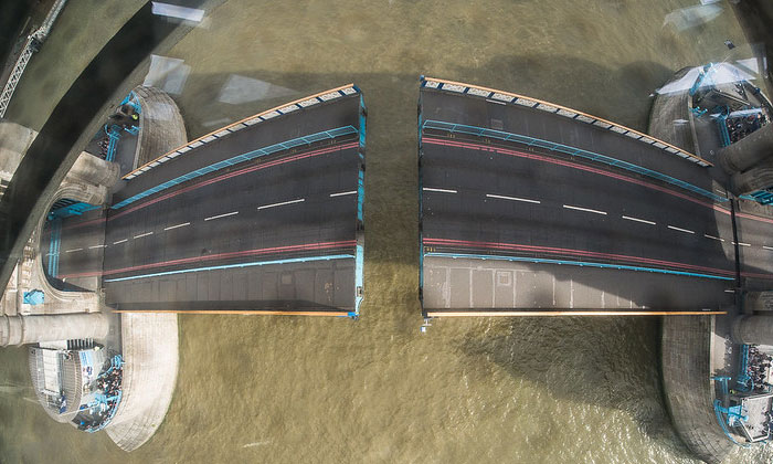 Поднятие Тауэрского моста в Лондоне