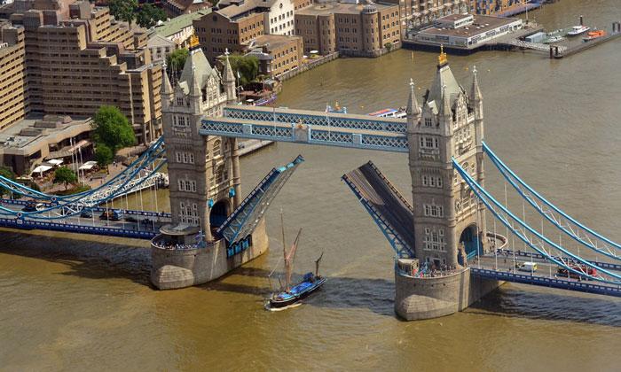 Разведённый Тауэрский мост в Лондоне