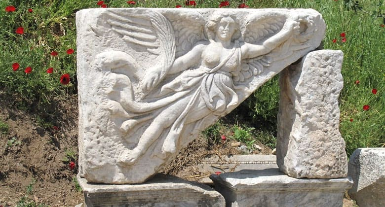 Богиня Ника на камне Эфеса