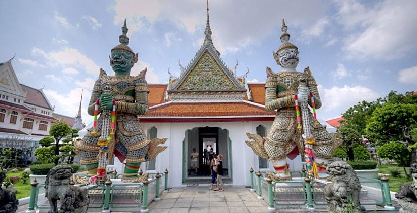 Стражи храма Рассвета (Ват Арун) в Бангкоке