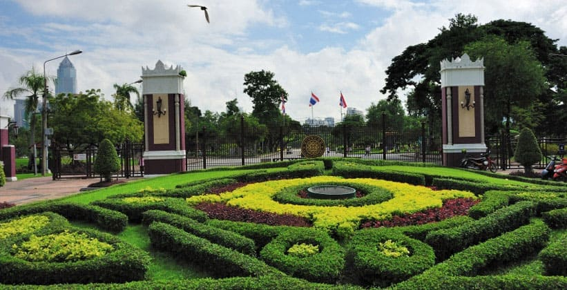 У ворот парка Лумпини в Бангкоке