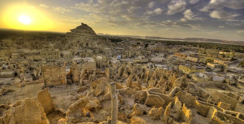 Гора Шали во время заката (оазис Сива) в Египте