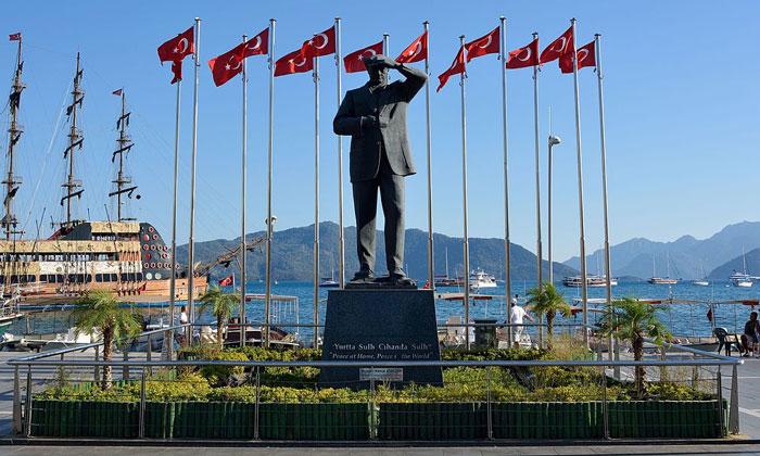 Памятник Ататюрку в Мармарисе