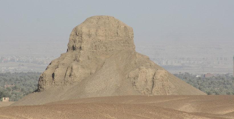 Руины пирамиды Аменемхета III (Чёрная пирамида)