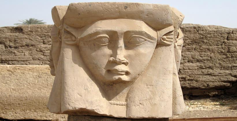 Каменное изображение Хатхор храмового комплекса в Дендере