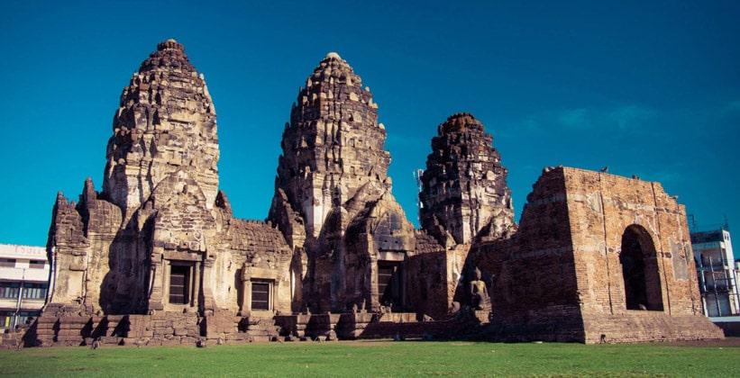 Храм Пхра Пранг Сам Йот в городе Лопбури