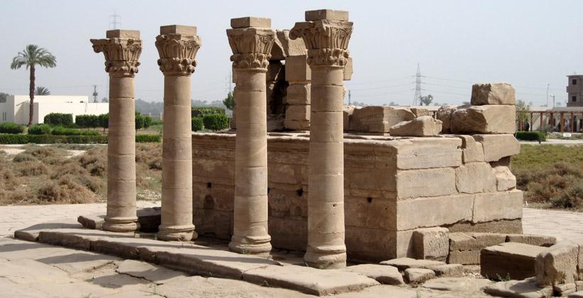 Римские колонны храмового комплекса в Дендере