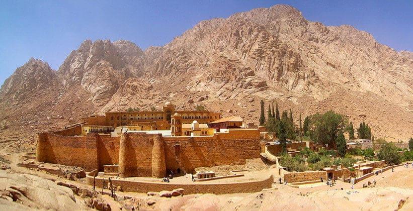 Монастырь Святой Екатерины на фоне горы Синай