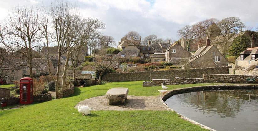 Деревня Уорт-Мэтрейверс в Англии