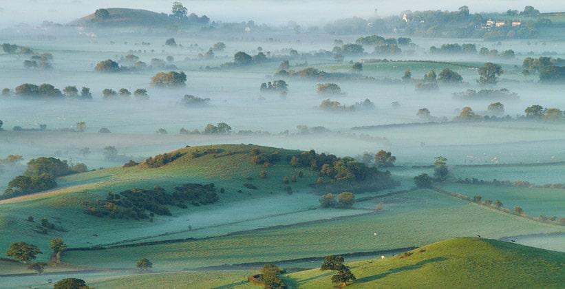 Утренний туман на Мендипских холмах в Англии