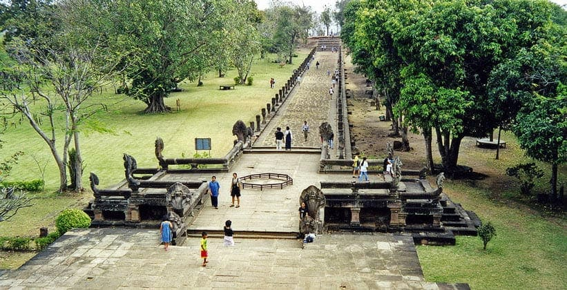 Один из мостов с нагами храма Пханом Рунг