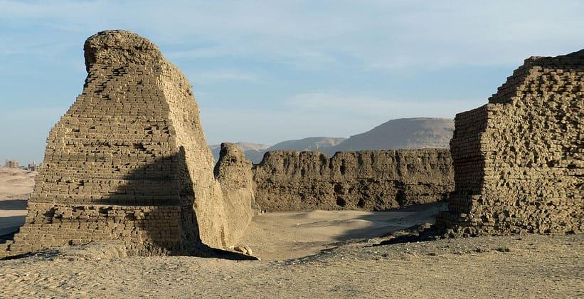 Руины древнего сооружения Шунет-эль-Зебиб в Абидосе
