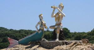Статуя Aphai Mani и русалки на пляже Хат Сай Као