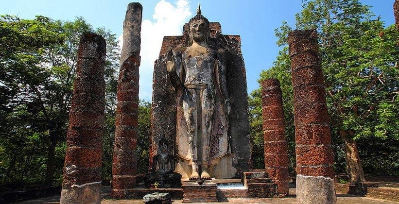 Храм Ват Сапхан Хин в Сукхотайе