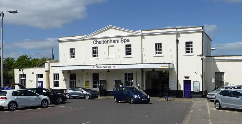 Железнодорожная станция города Челтнем в Англии