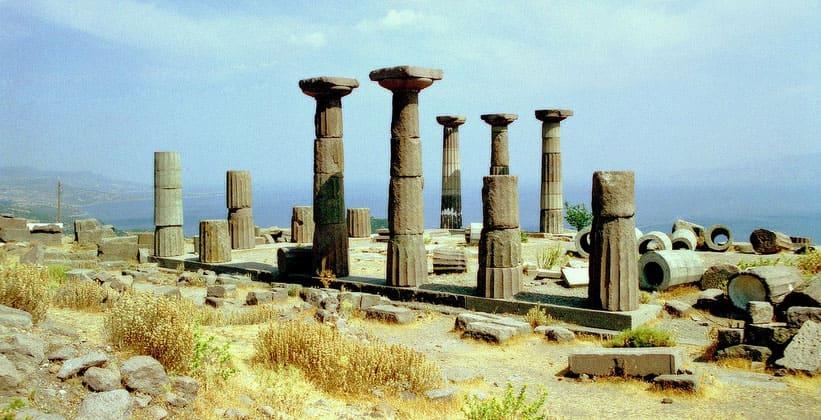 Руины храма Афины в античном городе Ассос