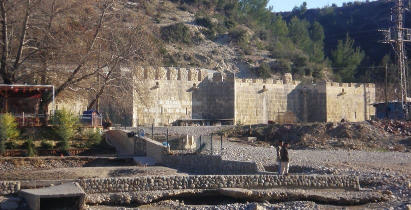 Древняя крепость Аларахан в Турции