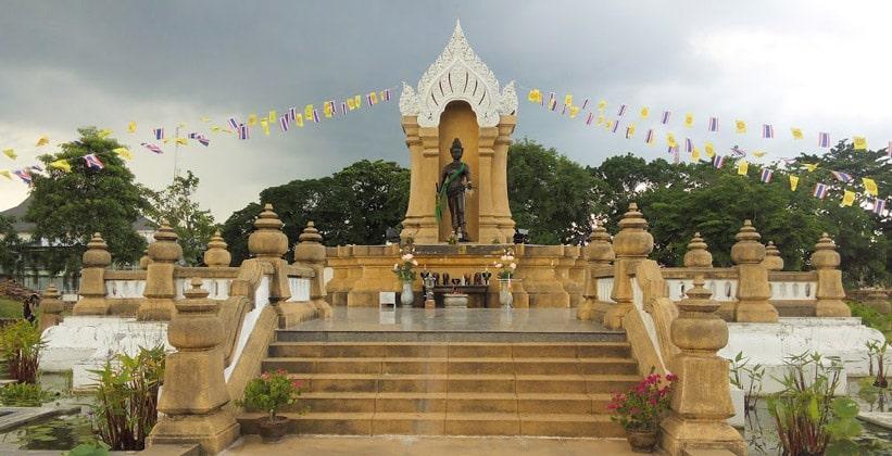 Памятник короля Sri Dhammasokaraja в Накхонситхаммарате
