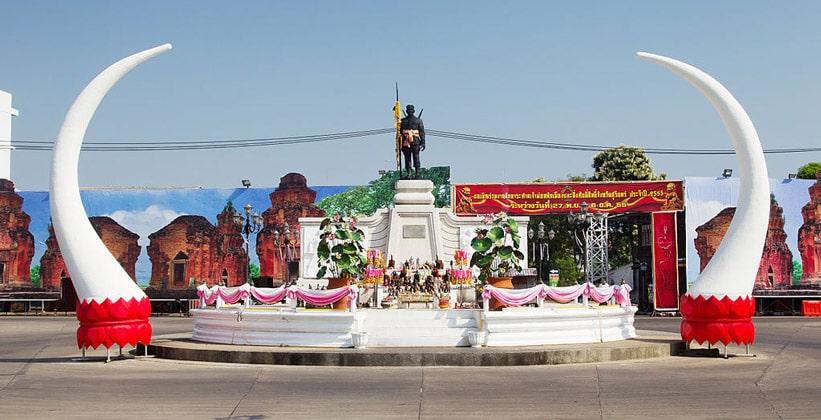 Памятник (Phaya Surin Phakdi Si Narong Changwang) в Сурине