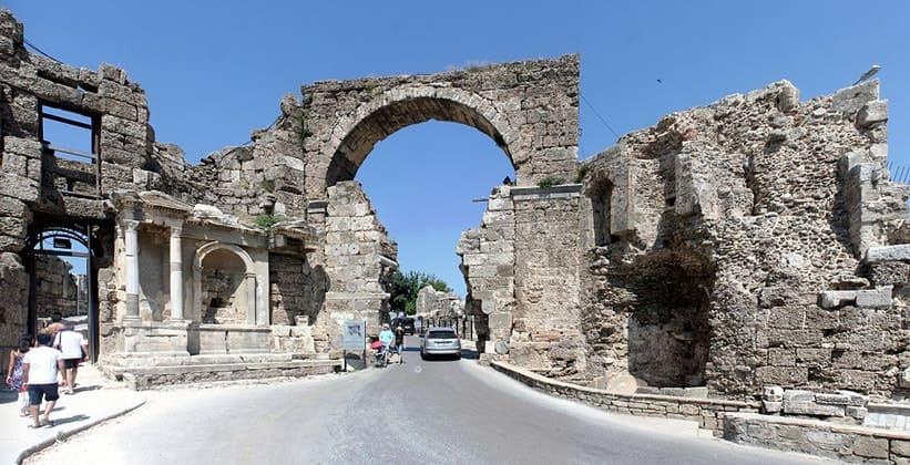 Древнегреческая триумфальная арка в турецкой деревне Селимие
