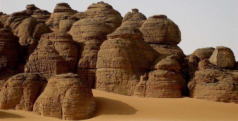 Горная порода Гильф Кебир в Египте