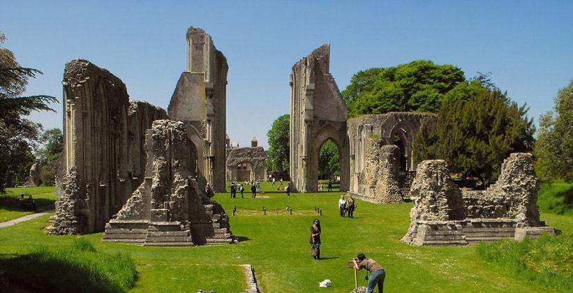 Руины аббатства Гластонбери в Англии