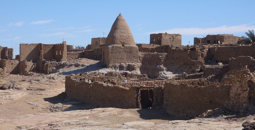 Руины древнего поселения в оазисе Бахария