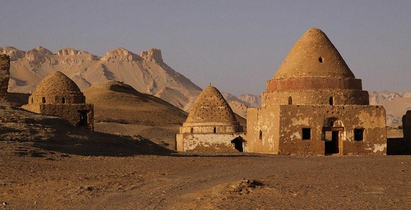 Гробницы в поселении Аль-Каср