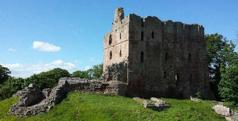 Руины замка Певерил в деревне Каслтон (Англия)