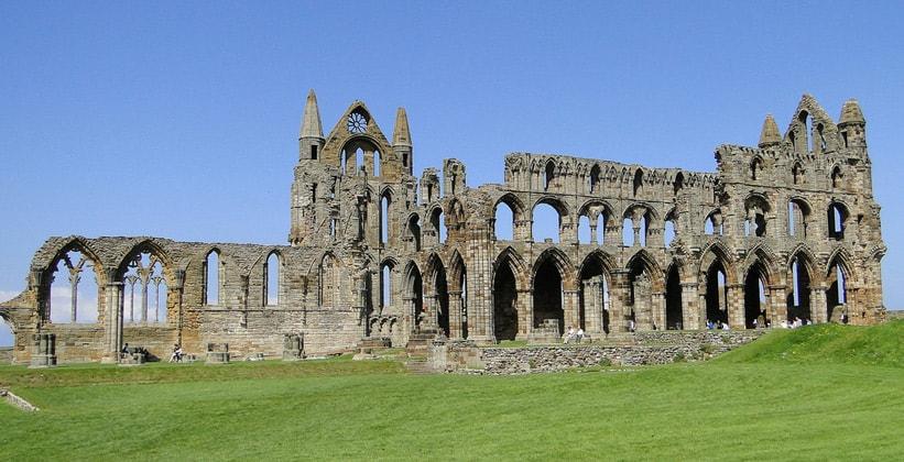 Руины Уитбийского аббатства в Англии