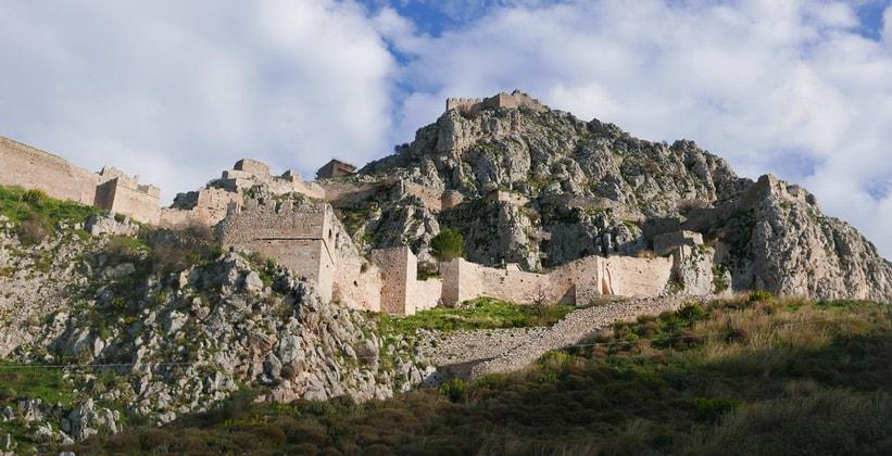 Древняя крепость Акрокоринф в Греции