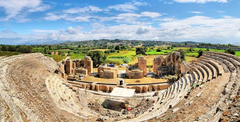 Руины античного Одеона в Никополе (Греция)