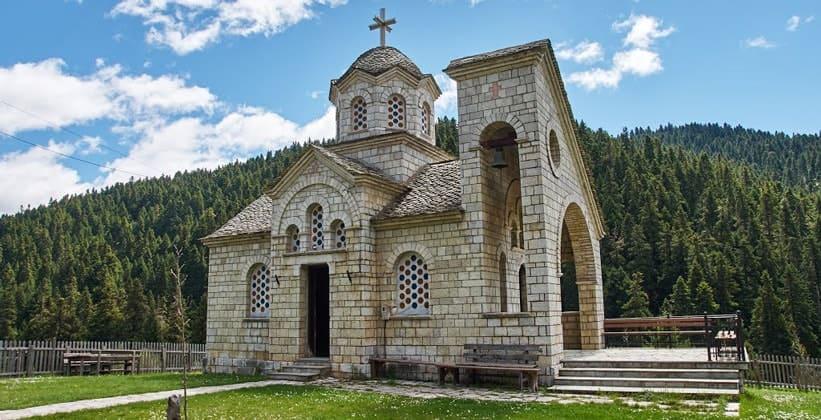 Церковь в горной деревне Pertouli (Греция)