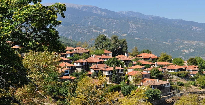 Деревня на фоне горы Олимп (Греция)