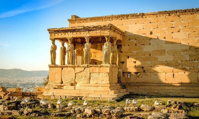 Кариатиды Афинского акрополя в Греции