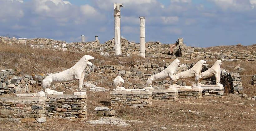 Древние скульптуры львов на острове Делос