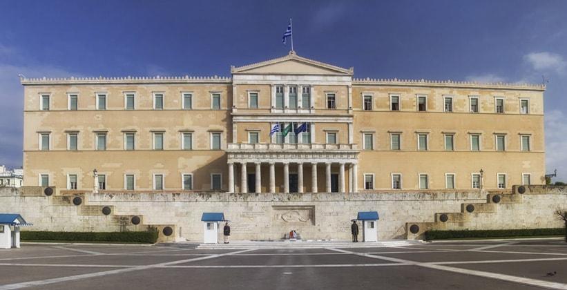 Греческий парламент на площади Синтагма в Афинах (Греция)