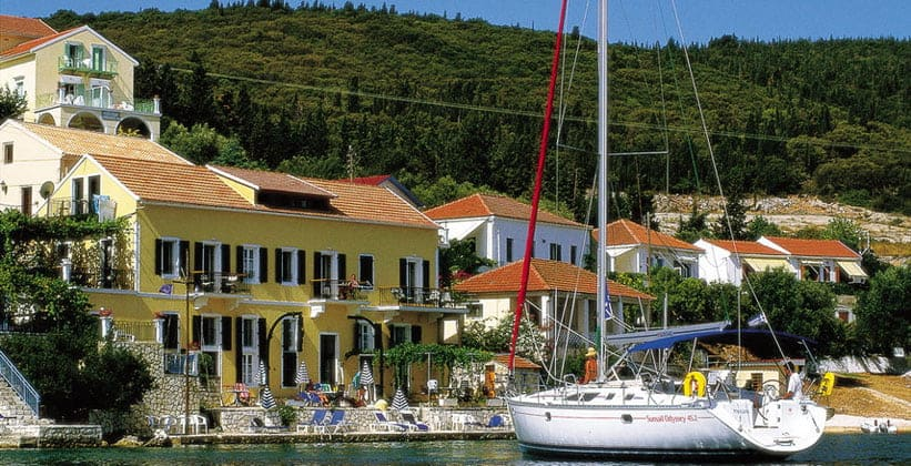 Порт острова Каламос в Греции