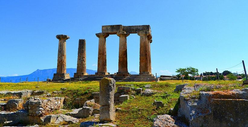 Руины храма Аполлона в Коринфе (Греция)