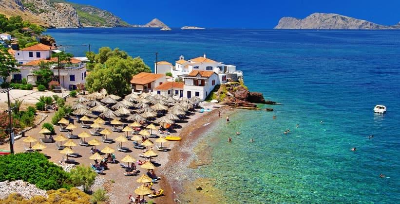 Пляж Vlychos на острове Идра (Греция)