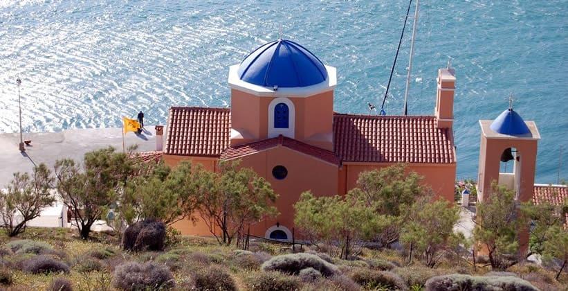 Церковь в порту Кориссия (остров Кея – Греция)