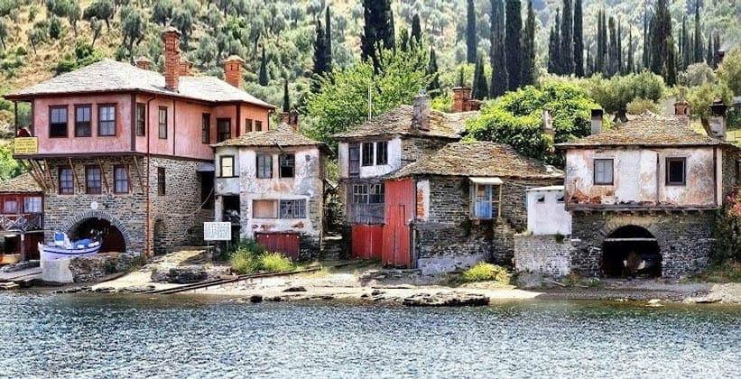 Дома на берегу Ватопедского монастыря (гора Афон)