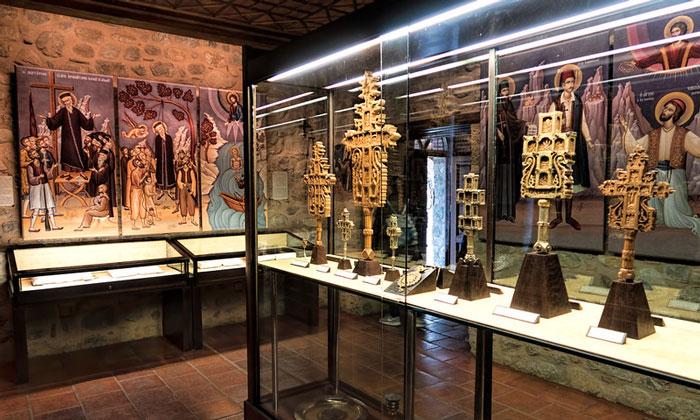 Кресты, вырезанные монахами монастыря Мегала Метеора в Греции