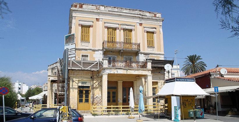 Одно из старых строений города Эгина (Греция)