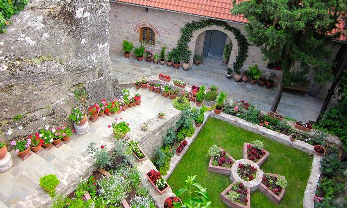 Сад монастыря Русану в Греции