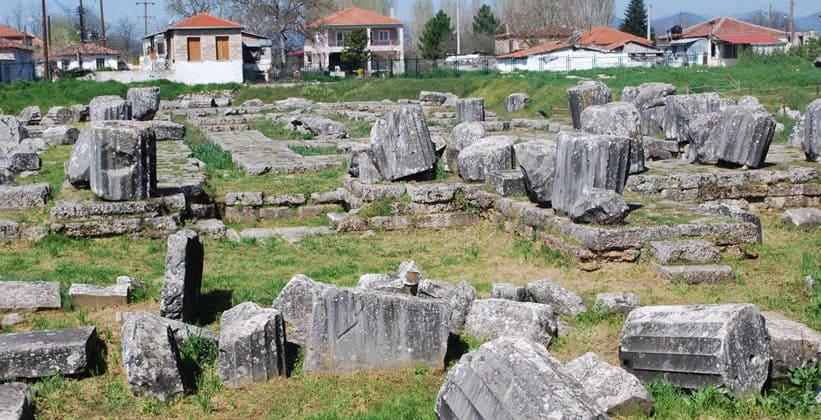 Руины храма Афины Алеи античного города Тегея (Греция)